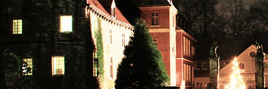 Schloss Senden lockt mit einem weit strahlenden Weihnachtsbaum