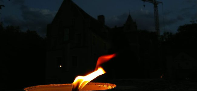 """""""Literarisches Lagerfeuer"""" vor nächtlicher Schlosskulisse"""